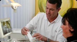 Dr. Thomas von Landenberg bei einer Zahnimplantatbesprechung